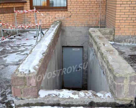 Вход в подвальные помещения жилого комплекса «Дом на проспекте Славы» (24.02.2013), Март 2013