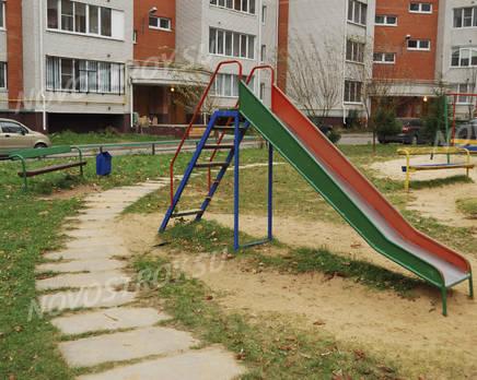 Детская площадка ЖК на Заводской ул., д. 3 (24.10.2013 г.), Октябрь 2013