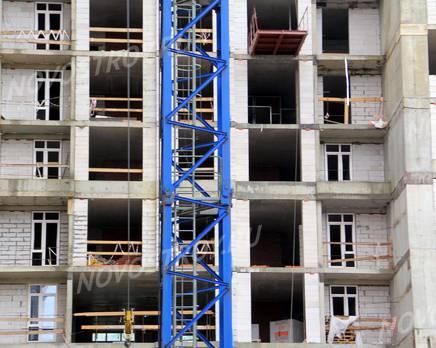 ЖК «Соколиный форт»: 20.06.2015 - Фрагмент новостройки, средние этажи, со стороны ул. 1-ой Мясниковской, Июнь 2015