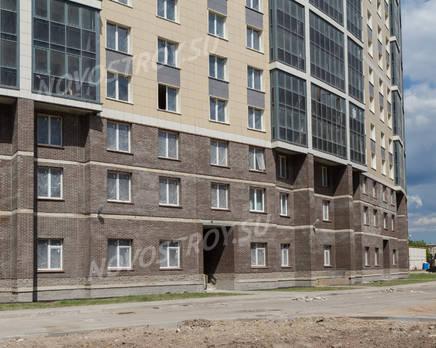 ЖК «Молодёжный»: фасад первых этажей и придомовая территория (19.06.2015), Июнь 2015