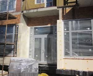 <p>Установлены витрины и двери помещений первого этажа</p>