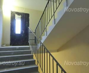 ЖК «Университетский Петергоф»: лестничный пролет, вход на 2-ой этаж. 30.01.15