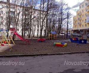 ЖК «Петровский» (п. Мечниково): Детская площадка во дворе ЖК, 10.04.2015 г.