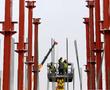 Для решения проблемы нехватки рабочих на стройках остаётся полгода. После игроки рынка ждут роста цен и падения спроса