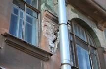 На Васильевском острове разваливается жилой дом: в одной из квартир обрушился потолок