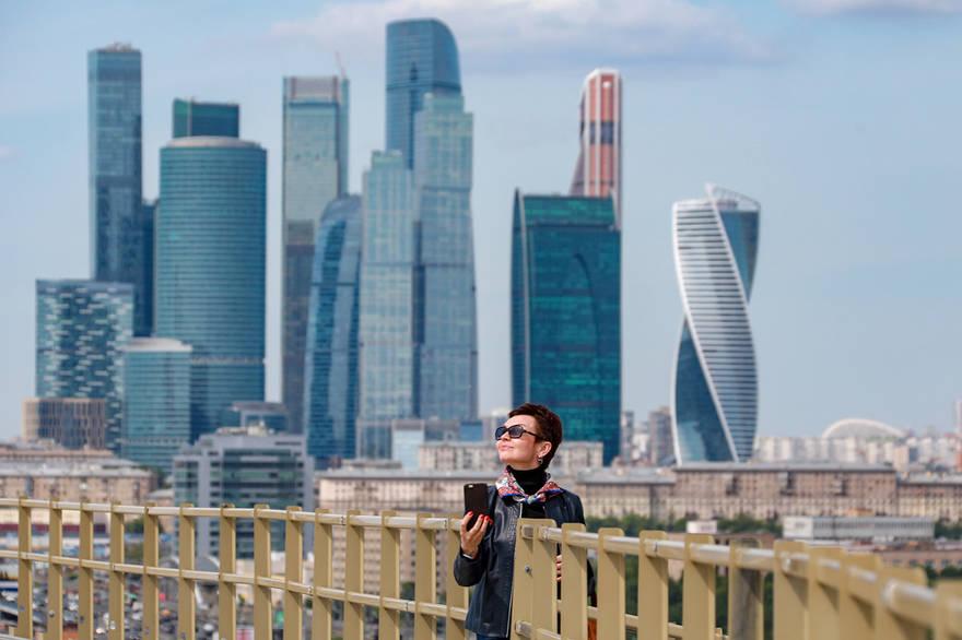 На стадионе «Лужники» всем желающим осмотреть Москву с высоты птичьего полета выдают шлемы