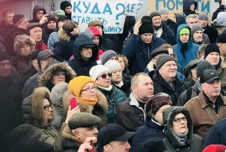 С гранатой и автоматом вышли жители Приморского района на пикеты против нового завода