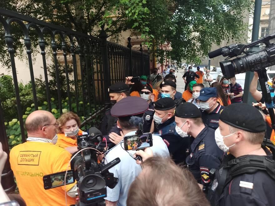 Полиция задержала четверых обманутых дольщиков ЖК «Царицыно» во время подачи обращений в МКСИ