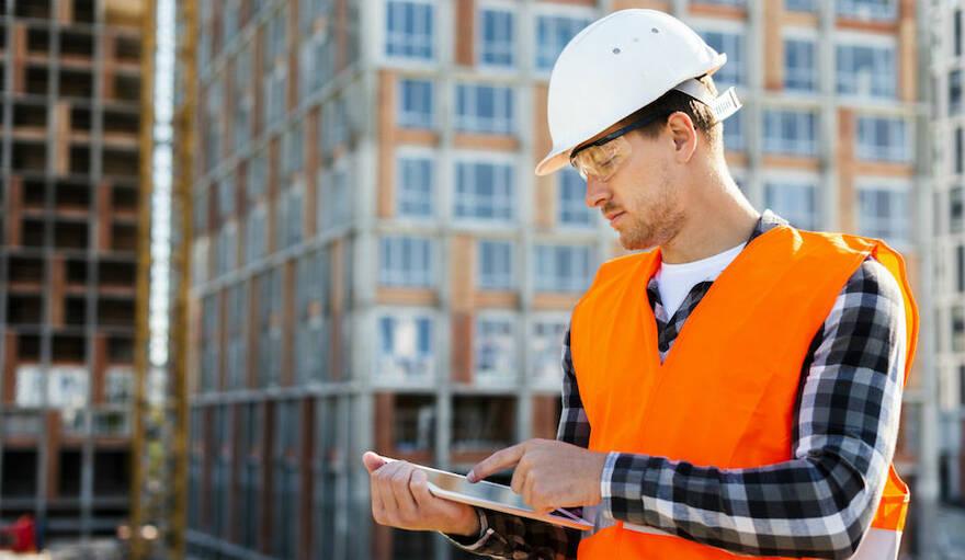 Зарплаты сотрудников строительной отрасли снизились на 30%