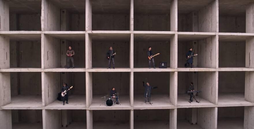 Группа «ДДТ» выпустила снятый в одном из самых громких муринских долгостроев клип про 2020 год