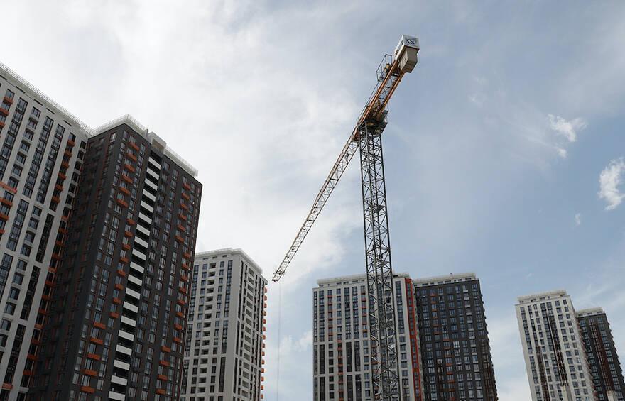 Падающие доходы россиян могут обвалить спрос на жилье. Эксперты рассказали, когда смогут опуститься цены на квартиры