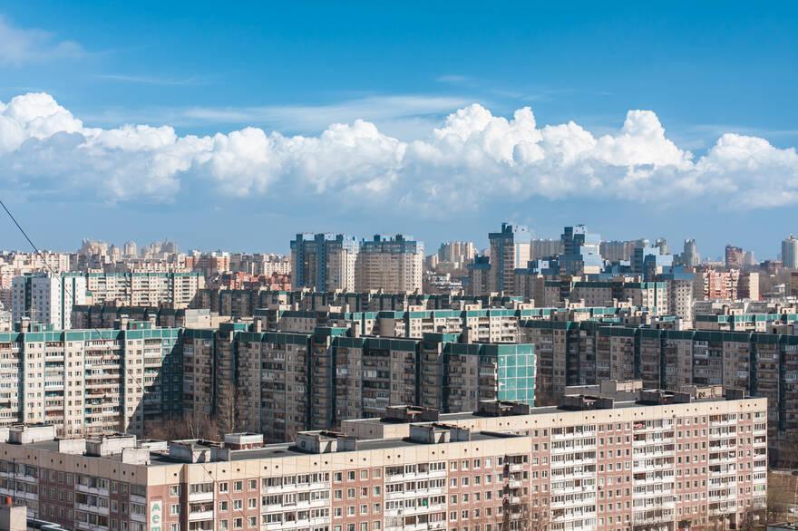 Эксперты рассказали, кто активнее скупает комнаты на «вторичке»  —  москвичи или петербуржцы