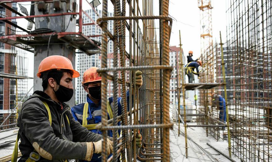 Мигранты не вернутся в Россию из-за кризиса и высоких цен еще несколько лет: стройки остаются без рабочих