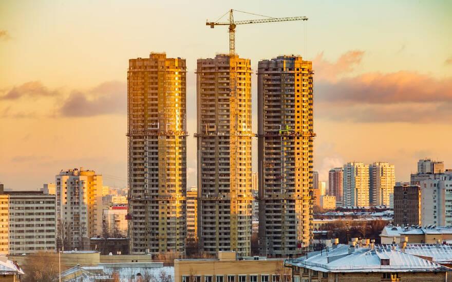 Цены на жилье пойдут вниз не раньше конца года: пока мешают высокие цены на стройматериалы и низкие доходы россиян